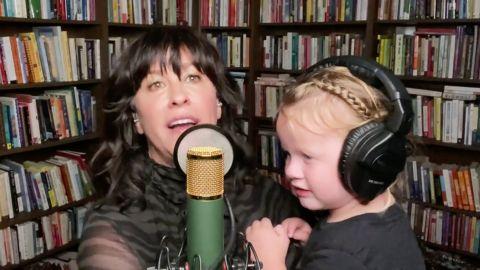 Alanis Morissette cantó con su hija