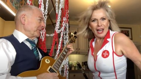 Robert Fripp y Toyah Willcox versionan a Alice Cooper