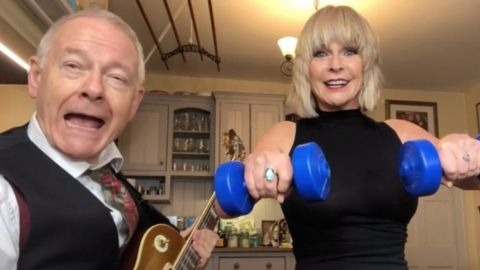 Robert Fripp y Toyah Willcox versionan Welcome To The Jungle